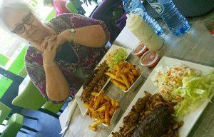Silvia en Mary-Rose aan de mix grill schoten van bifteki, souvlaka en gyros in het Gyros cafetaria in IJsselstein